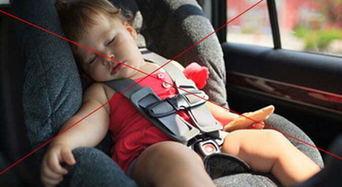 không để trẻ trên xe ô tô một mình