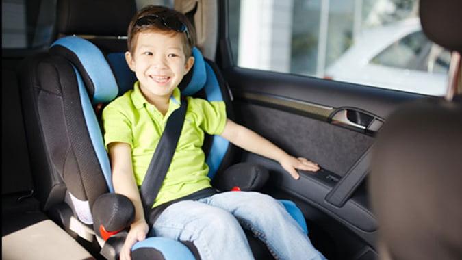 Thắt dây an toàn cho trẻ khi ngồi trên xe